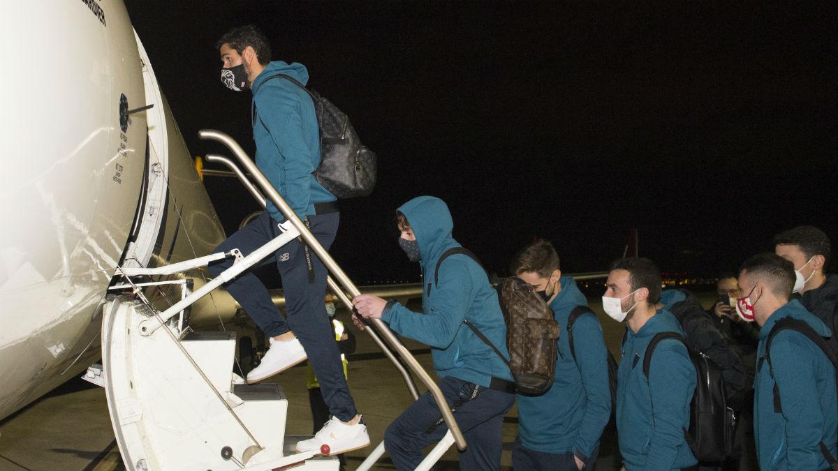 Los jugadores del Athletic Club de Bilbao suben al avión con destino a Madrid. (@AthleticClub)