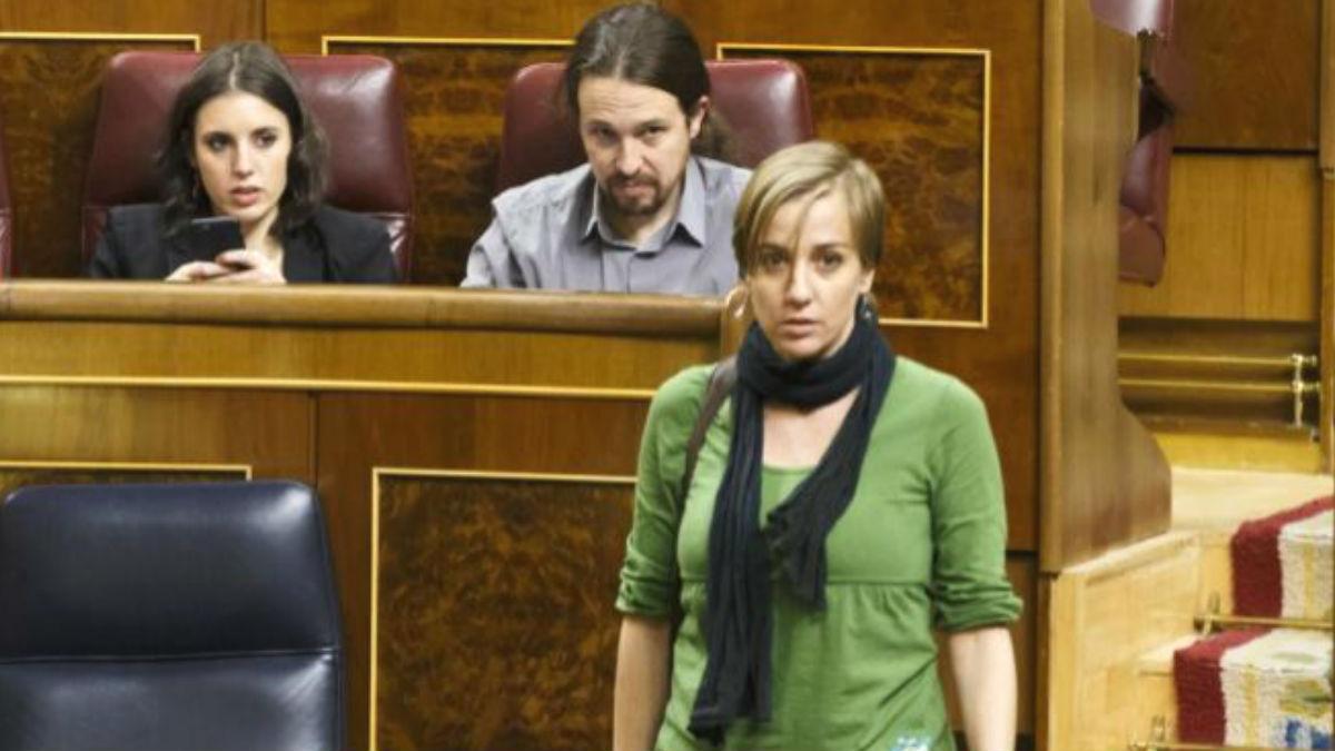 Irene Montero y Pablo Iglesias observan a Tania Sánchez, de espaldas, durante un Pleno en el Congreso.