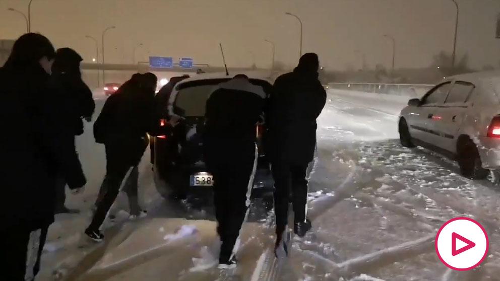 Los jugadores del Rayo se bajan a empujar coches en plena nevada