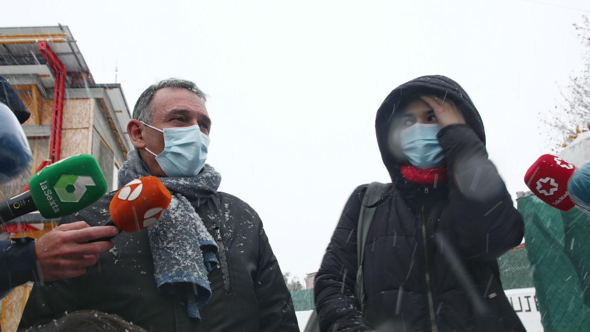 Los dirigente de Podemos Enrique Santiago y Clara Serra en la Cañada Real. (Foto: EP)