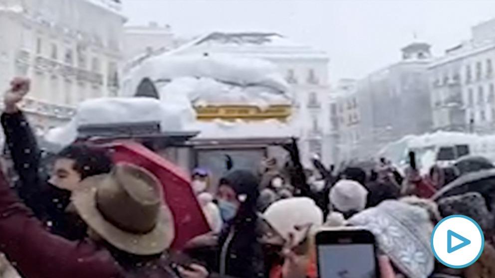 Decenas de personas cantan «A quién le importa» en la Puerta del Sol.
