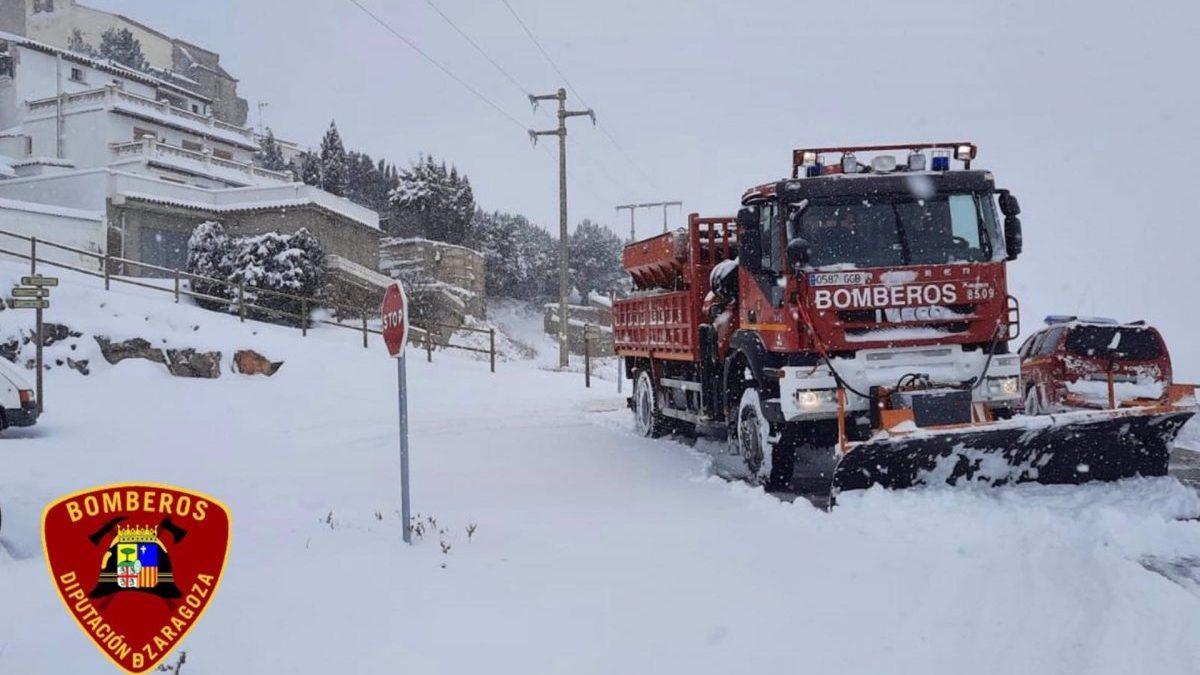 Temporal.- Zaragoza.- Los bomberos de la DPZ trabajan en la limpieza de 20 carreteras, polígonos y centros de salud