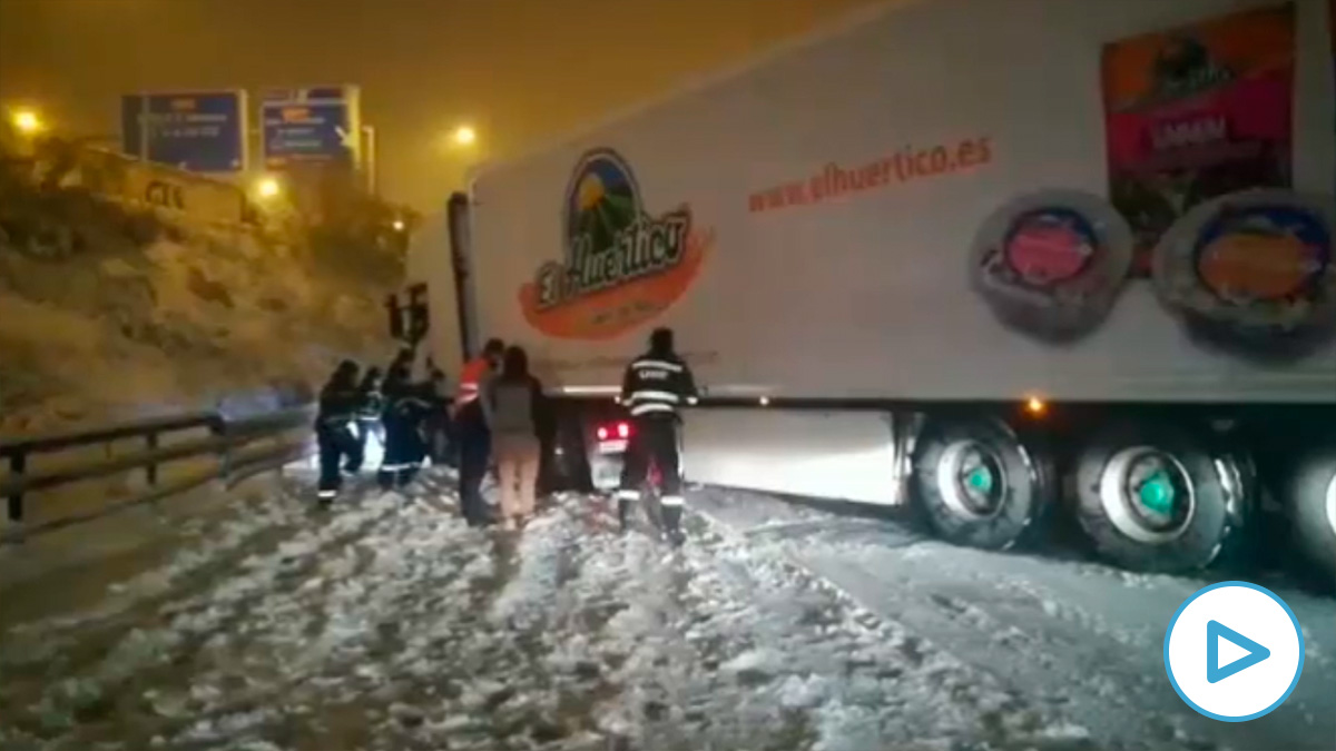 La nieve deja atrapados decenas de camiones en mitad de la carretera.