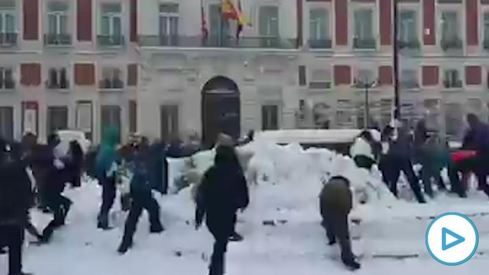 Decenas de jóvenes se enzarzan en una guerra de bolas de nieve en el centro de Madrid.