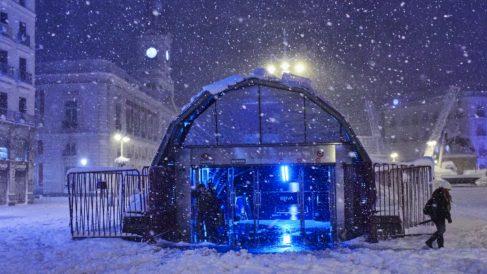 La estación de Metro y Cercanías cubierta de nieve en la Puerta del Sol. (Foto: Europa Press)