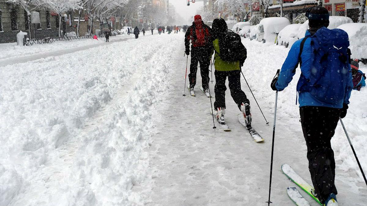 Varias personas se deslizan sobre esquíes en la Ronda de Atocha de Madrid (Fotos: EFE).