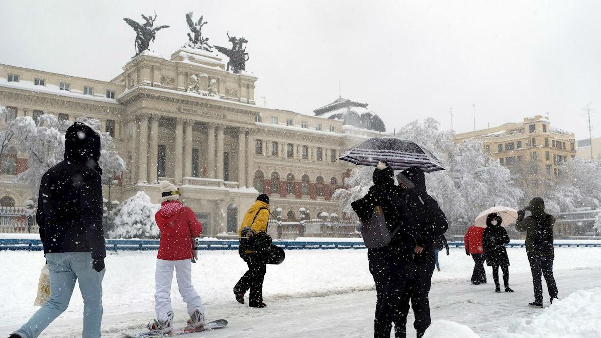 La nieve sobre el característico edificio del Ministerio de Agricultura, en Atocha (Foto: EFE).