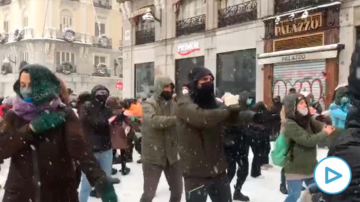 La Puerta del Sol se llena de gente bailando mientras las autoridades piden quedarse en casa.