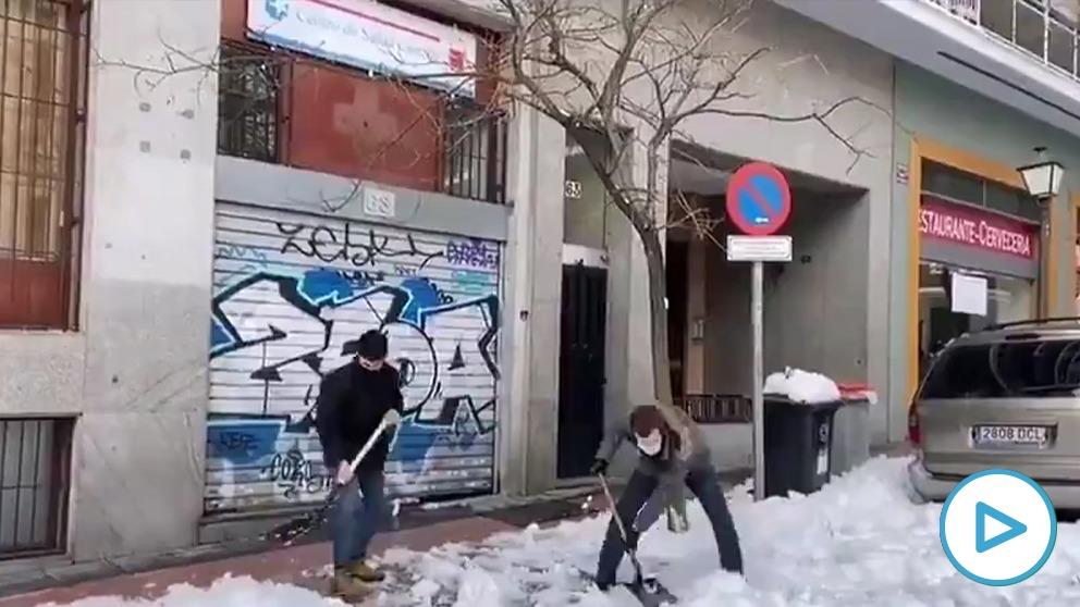 Casado ayuda a retirar nieve junto a un centro de salud de Madrid.
