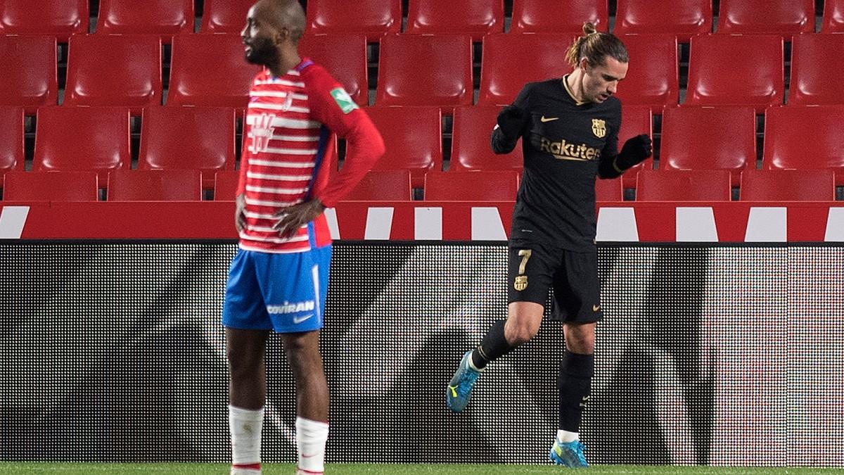Griezmann celebra uno de sus goles en el Granada-Barcelona. (AFP)