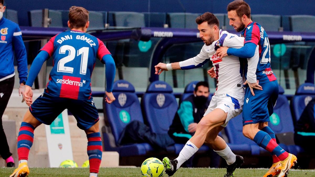 Los jugadores de Levante y Eibar disputan un balón. (EFE)