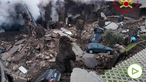 Un enorme socavón en la tierra se traga los vehículos aparcados en un hospital de Nápoles