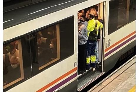 La Fiscalía archiva la denuncia por los hacinamientos en los trenes de Cercanías de Cataluña