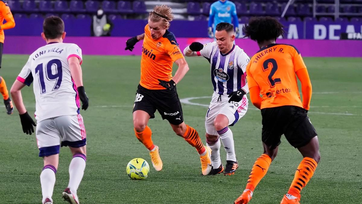 Roque Mesa intenta robar un balón durante el Valladolid-Valencia. (EFE)