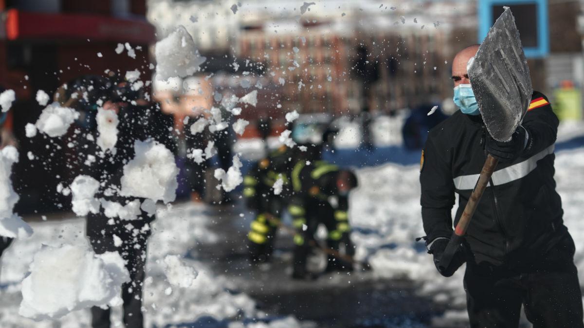 Militares de la UME retirando nieve en Atocha (Madrid). (Foto: EP)