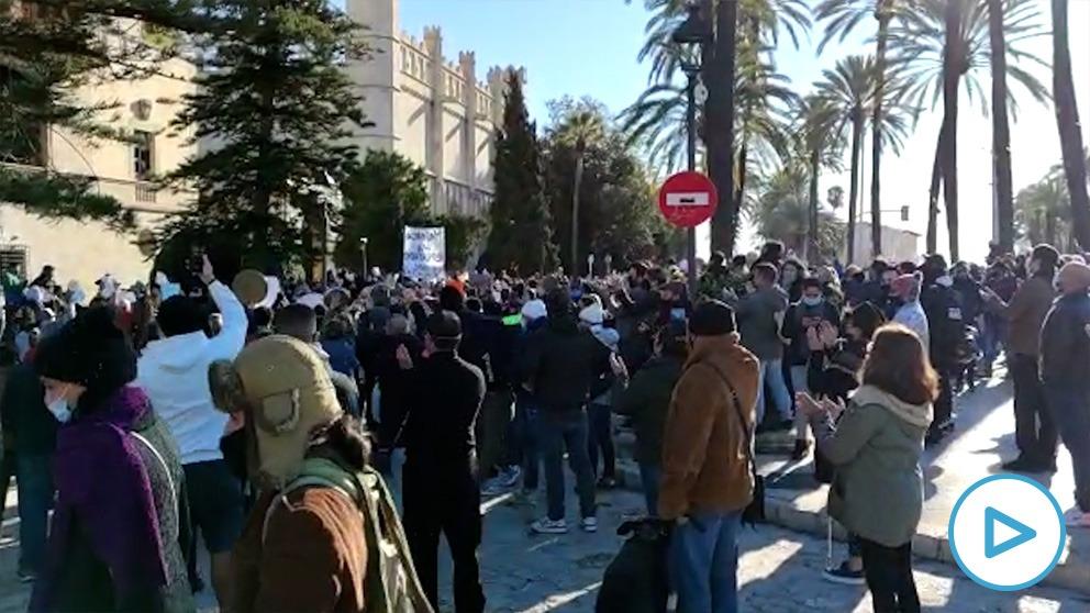 Los arruinados restauradores de Baleares desafían el veto del Gobierno y protestan ante la sede de Francina Armengol.