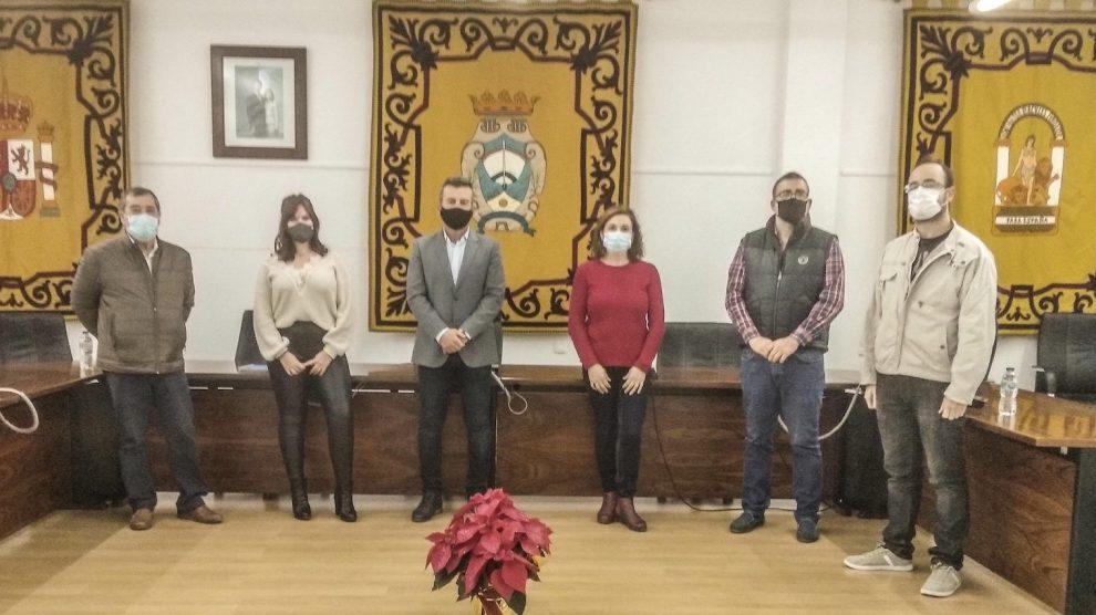 Los concejales de la oposición en Carboneras tras la firma del escrito (Foto: Europa Press).