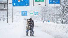 Buscan a la pareja de la romántica foto bajo la borrasca Filomena