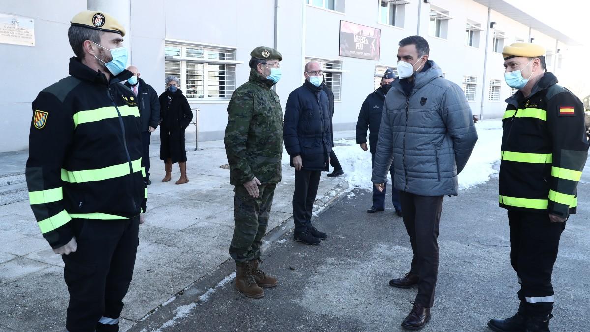 Pedro Sánchez visitando este martes el cuartel general de la UME. (Foto: Moncloa)