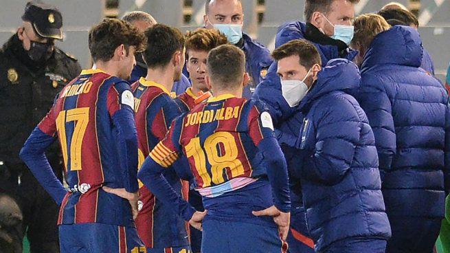 Messi bajó al césped para alentar a sus compañeros antes de la prórroga
