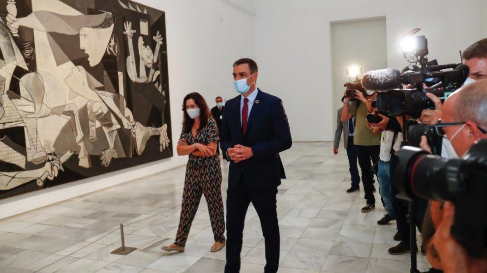 Pedro Sánchez visitando el Museo Reina Sofía, uno de los afectados. (Foto: EP)