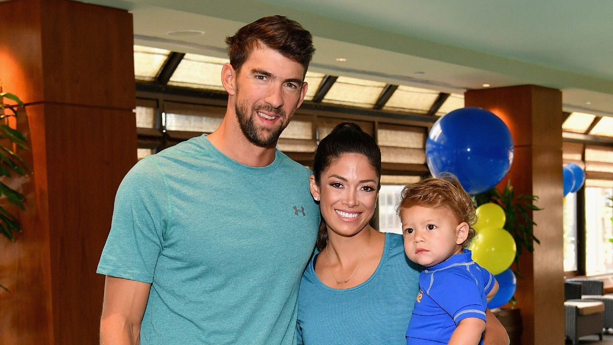 Michael Phelps y su mujer Nicole con su hijo en un acto (Getty).