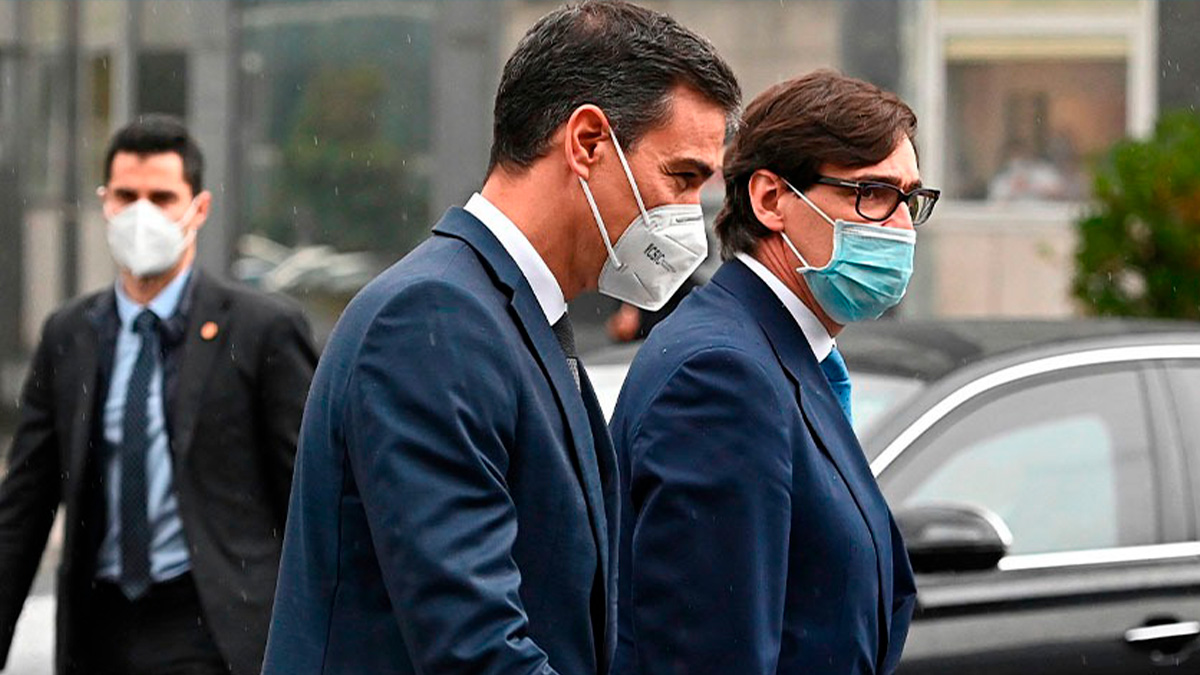 El presidente del Gobierno, Pedro Sánchez, y el ministro de Sanidad, Salvador Illa. (Foto: Efe)