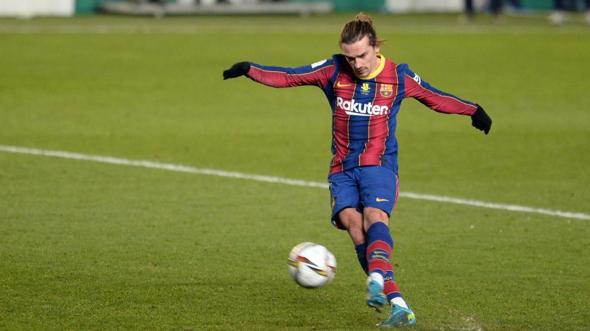 Antoine Griezmann, en el momento el que lanza el penalti que manda a las nubes ante la Real Sociedad. (AFP)
