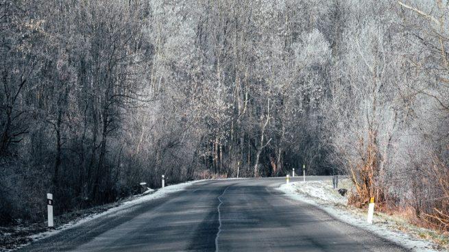 Nieve y niebla en la carretera
