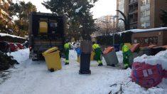 NIeve acumuladas en las aceras de las calles. (Europa Press)