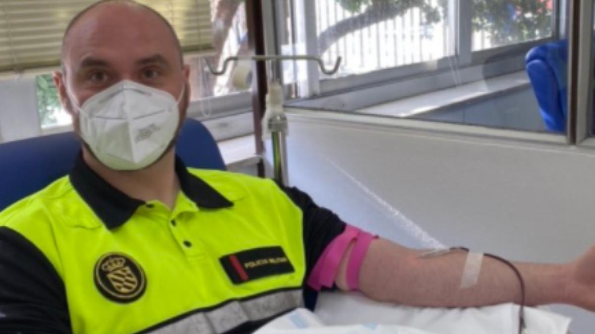 Un militar de la UME donando sangre en Madrid este jueves.