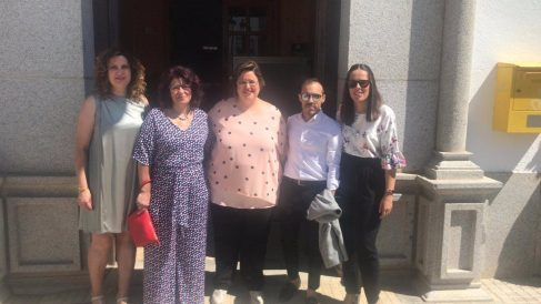 La alcaldesa de Torrecampo (centro) con el resto de ediles del PSOE.