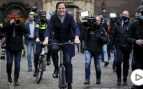 El primer ministro holandés va en bici a anunciar su dimisión al rey mientras Sánchez se pasea en Falcon