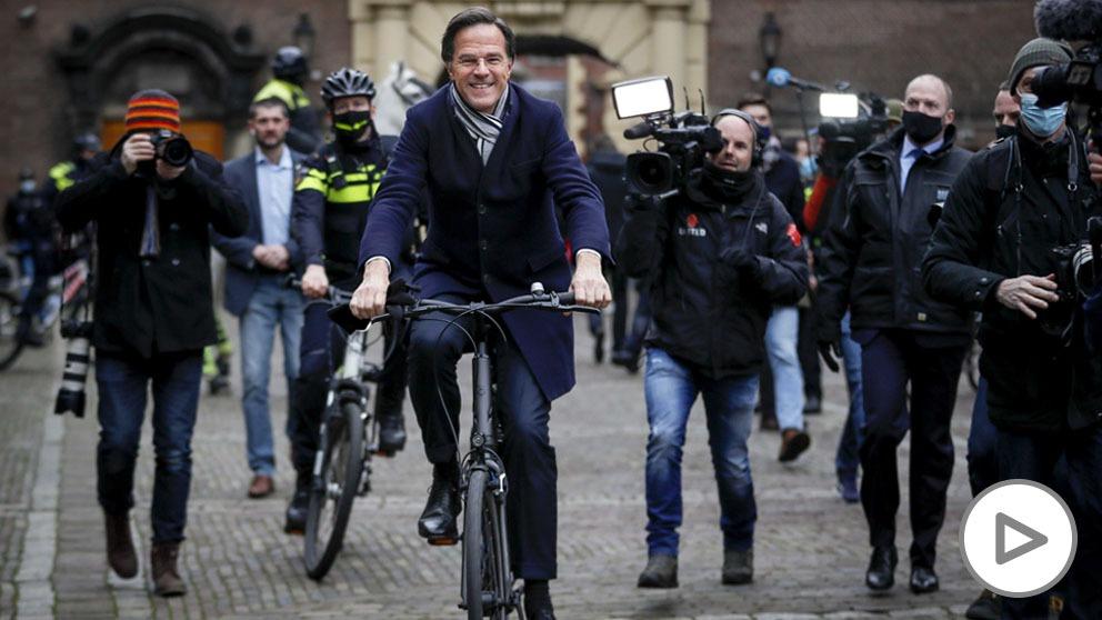 El primer ministro de los Países Bajos,Mark Rutte, acude en bici al Palacio Real a presentar la dimisión de su gabinete.