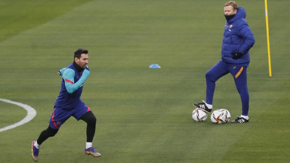 Leo Messi corre durante el entrenamiento del Barcelona en La Cartuja ante la mirada de Koeman. (EFE)