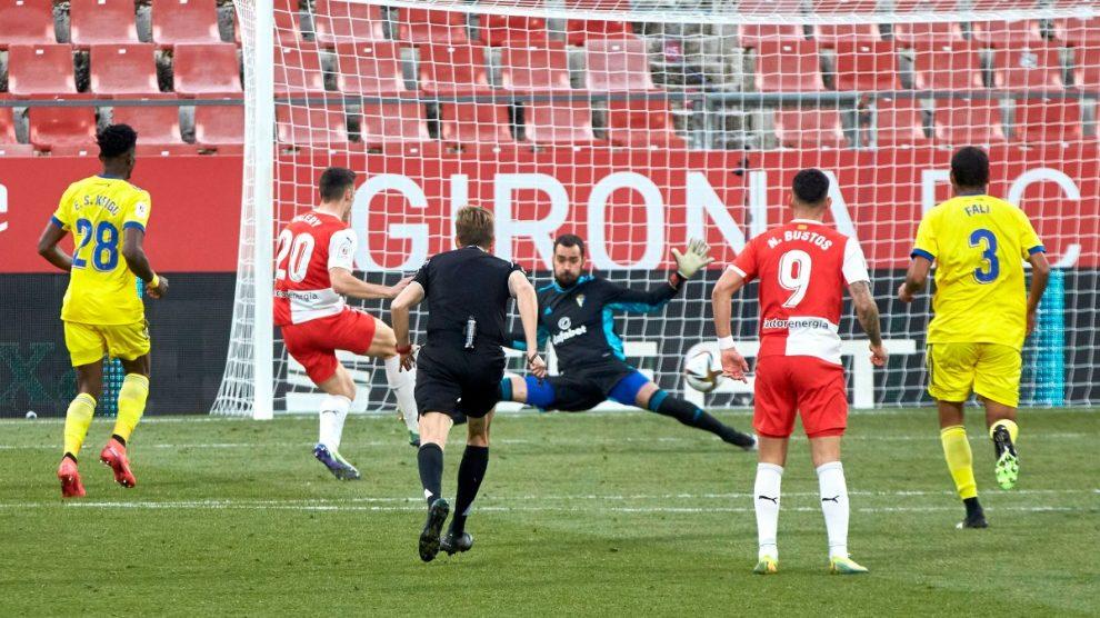 Valery anota uno de sus goles ante el Cádiz. (EFE)
