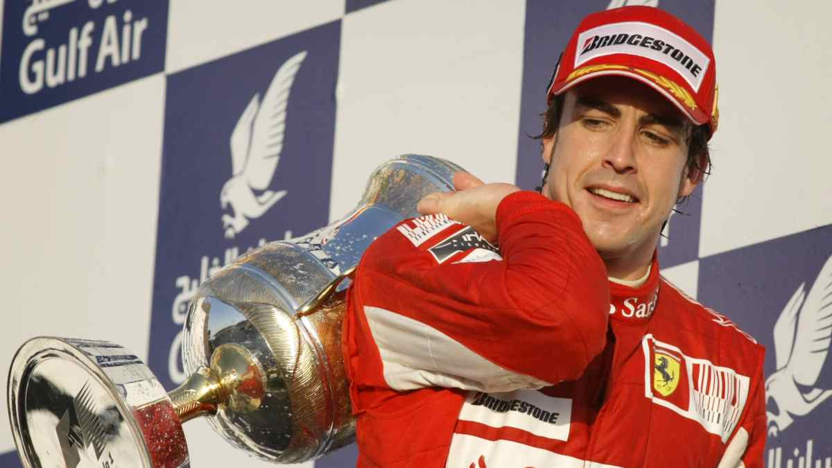Fernando Alonso gana con Ferrari en Baréin. (AFP)