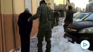 Así ayuda el Ejército español a un anciano ante Filomena