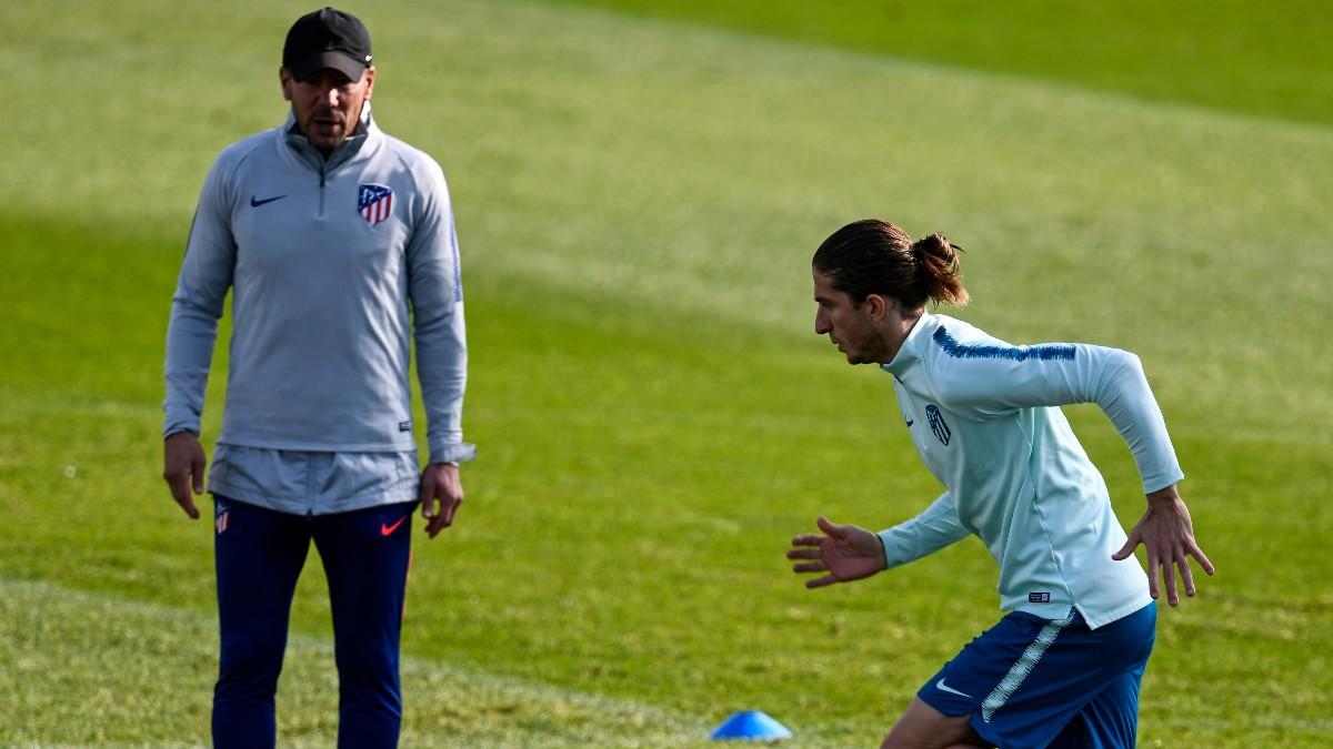 El Cholo Simeone y Filipe Luis durante un entrenamiento con el Atlético de Madrid. (AFP)