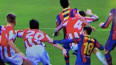 Jordi Alba agarra a Villalibre.