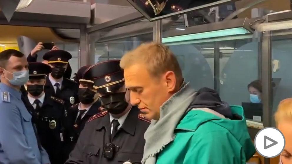 La policía rusa detiene al opositor Navalny nada más aterrizar en Moscú