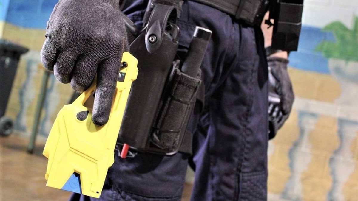 Un agente de la Policía con una pistola eléctrica. Foto: EP
