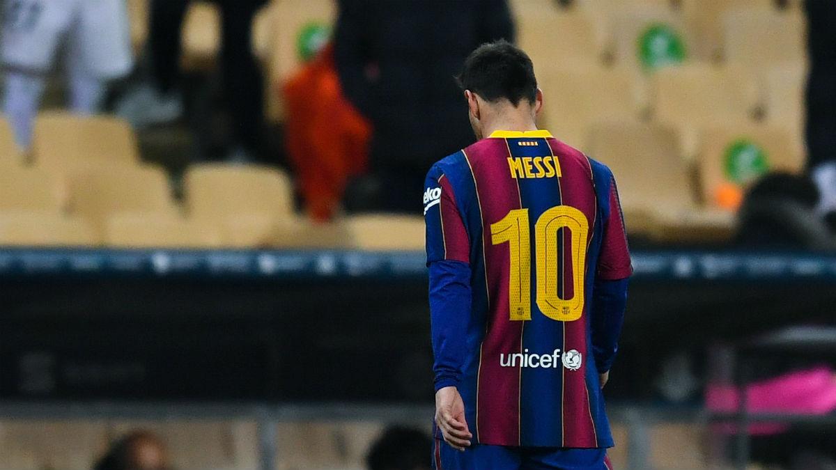 Messi se marcha expulsado en la Supercopa. (Getty)