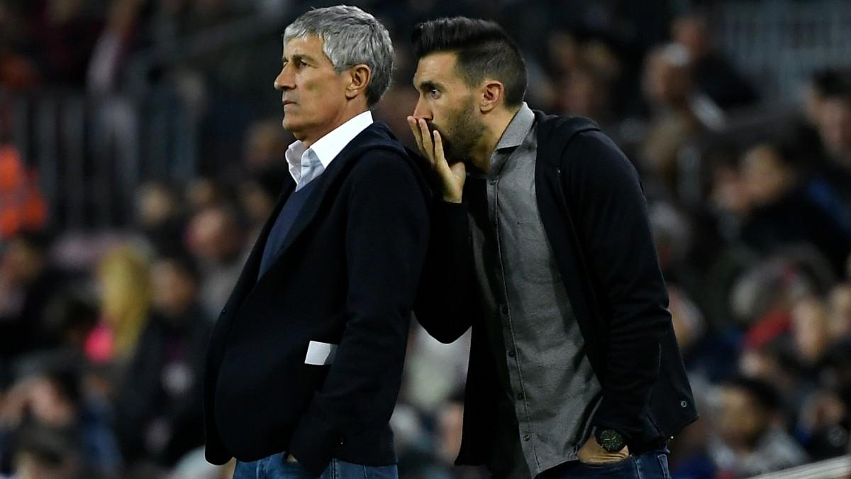 Eder Sarabia habla con Quique Setién en su etapa en el Barcelona. (AFP)