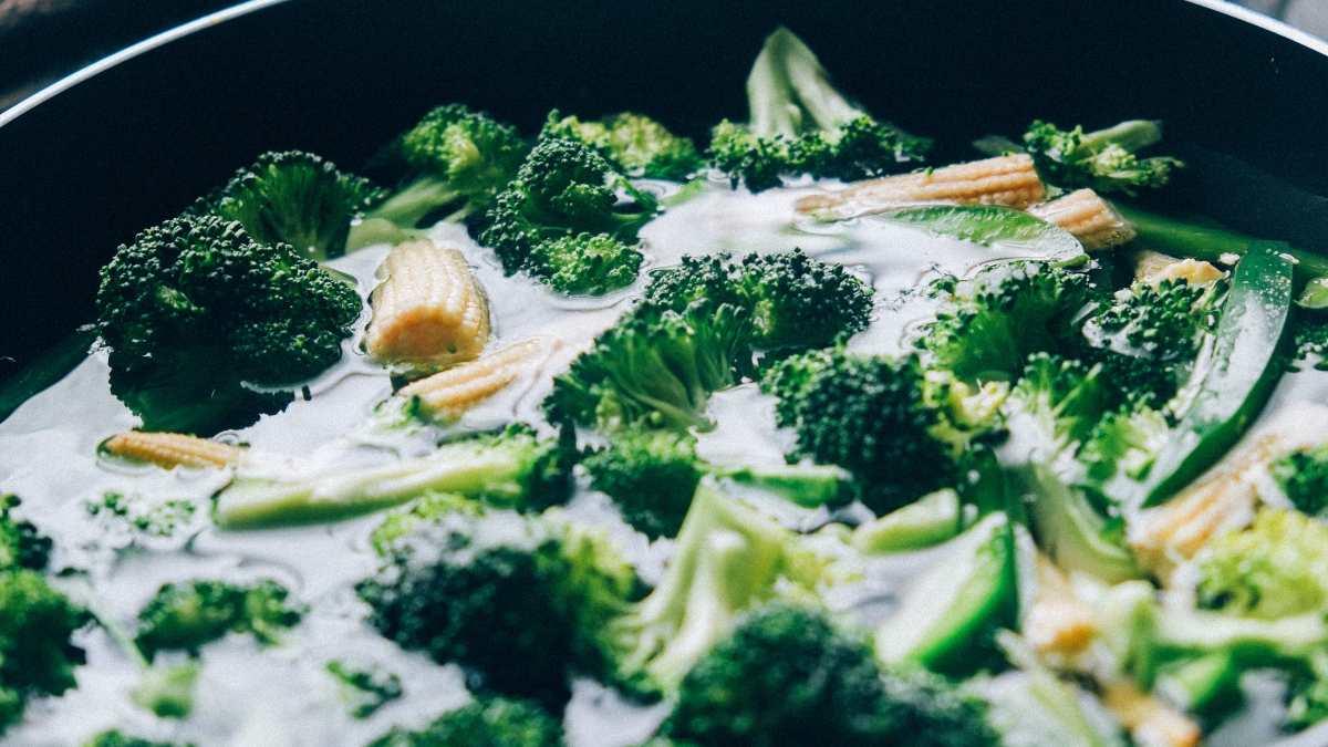 Receta de brócoli con hierbas y coco