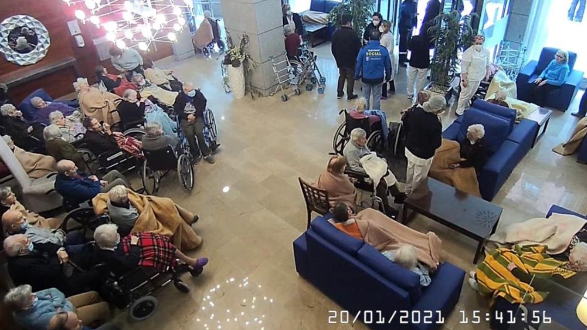 Un grupo de ancianos desalojados de la residencia adyacente al edificio en el que se produjo la explosión aguardan en el hall de un hotel.