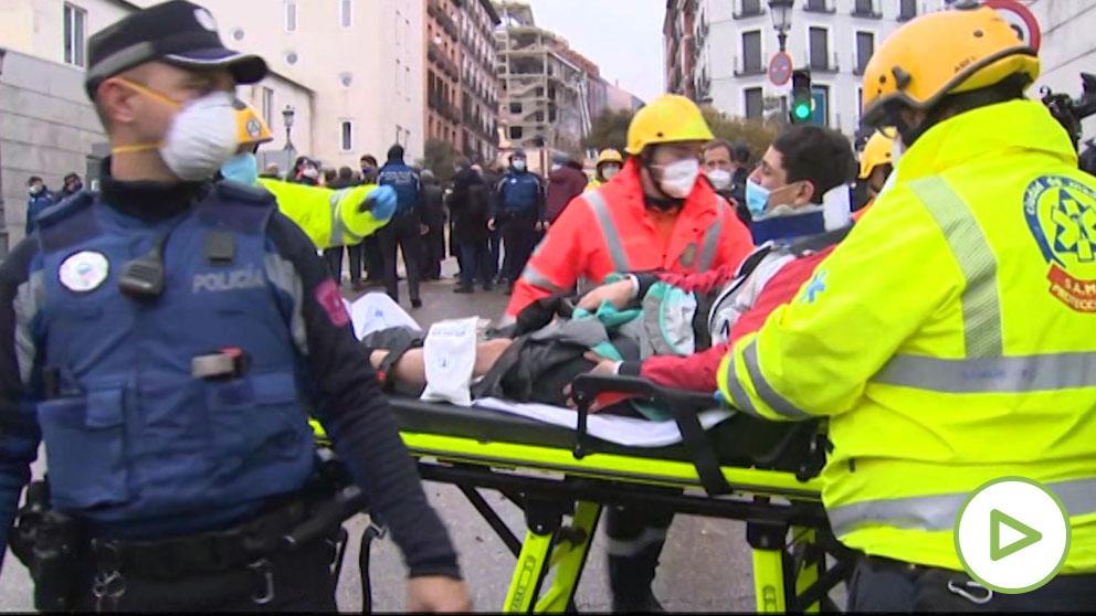 Evacuación de un herido en la calle Toledo 98
