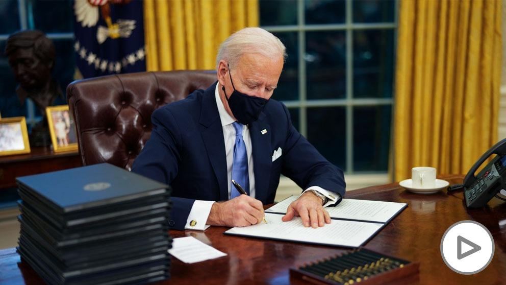 Biden firma uno de sus primeros decretos (Europa Press).