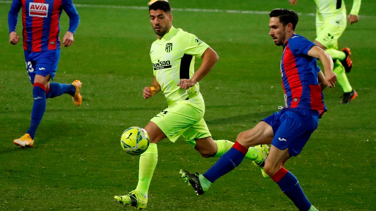 Paulo Oliveira y Luis Suárez durante el Eibar -Atlético. (EFE)