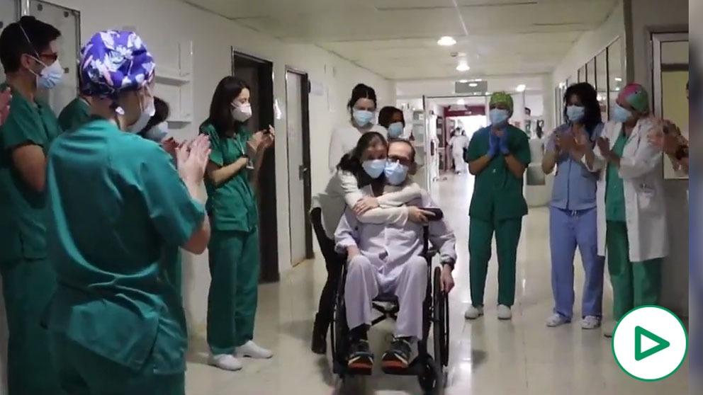 Vicente abandonando el Hospital Universitario Reina Sofía de Córdoba.